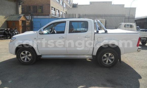 Nunua Ilio tumika Toyota Hilux White Gari ndani ya Manzini nchini Manzini