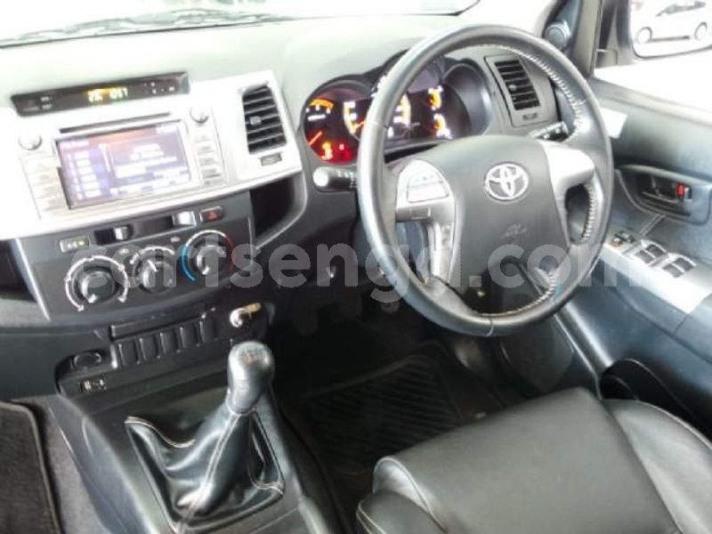 Big with watermark 2014 toyota hilux 11