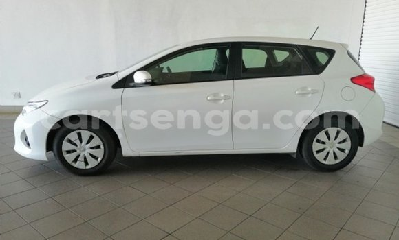 Medium with watermark 2013 toyota auris 8