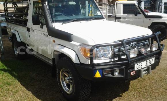 Nunua Ilio tumika Toyota Land Cruiser White Gari ndani ya Ezulwini nchini Hhohho