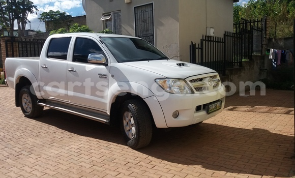 Buy Used Toyota Hilux White Car in Nhlangano in Swaziland